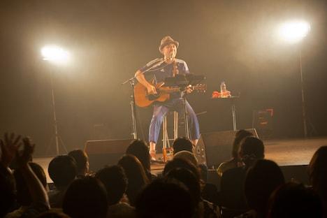 「浜崎貴司 Solo 15th Anniversary『ゴールデンタイム』リリース記念ライブ」の様子。(撮影:三浦麻旅子)