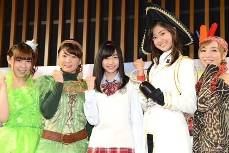舞台の衣装で登壇した出演メンバー。左から疋田紗也、塩川愛友里、鈴木裕乃、尾花貴絵、AZU。