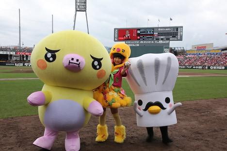 「たまこちゃんとコックボー」のキャラクターとともに球場入りした廣田あいか投手。