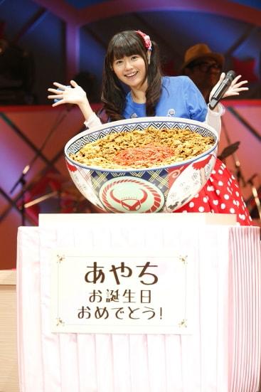 巨大な牛丼を前に満面の笑みを浮かべる竹達彩奈。
