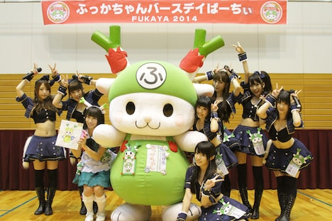 ふっかちゃんの誕生日である6月28日に深谷市総合体育館で開催された「ふっかちゃんバースデイぱーちぃFUKAYA 2014」での、アフィリア・サーガとふっかちゃん。