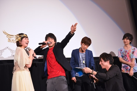 「聖闘士星矢 LEGEND of SANCTUARY」のオールナイトイベントの舞台挨拶の様子。