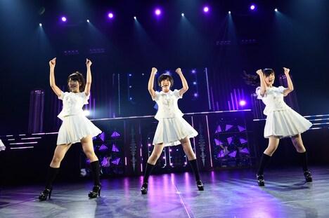 左から柏木由紀、生駒里奈、渡辺麻友。 (c)AKS