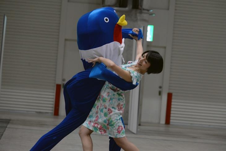 社交ダンスを披露する市來玲奈。