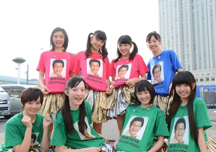 """「めざましライブ」恒例の""""軽部Tシャツ""""を着た私立恵比寿中学。"""