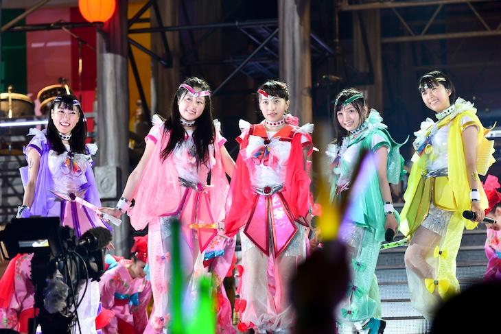 ももいろクローバーZ「ももクロ夏のバカ騒ぎ2014 日産スタジアム大会~桃神祭~」初日公演の様子。