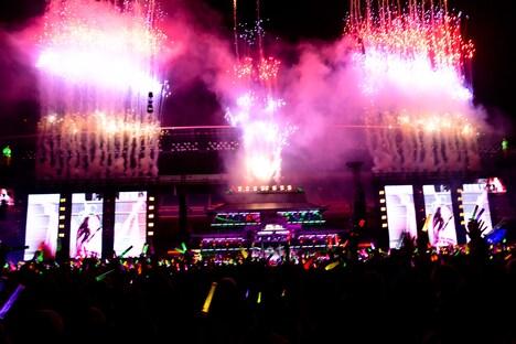 「ももクロ夏のバカ騒ぎ2014 日産スタジアム大会~桃神祭~」7月27日公演の様子。