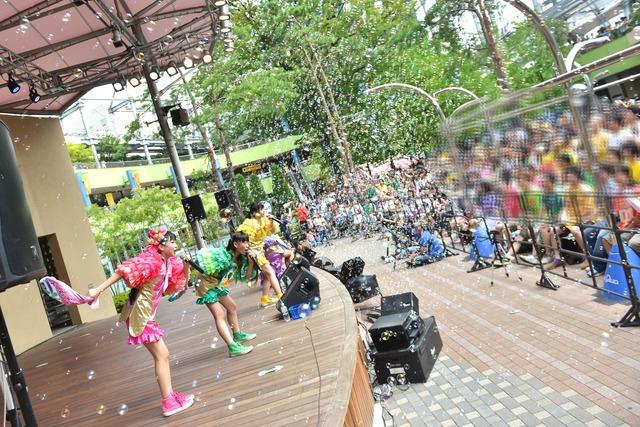「たこやきレインボー 絶唱!なにわのレインボーツアー」東京ドームシティラクーアガーデンステージ公演の様子。
