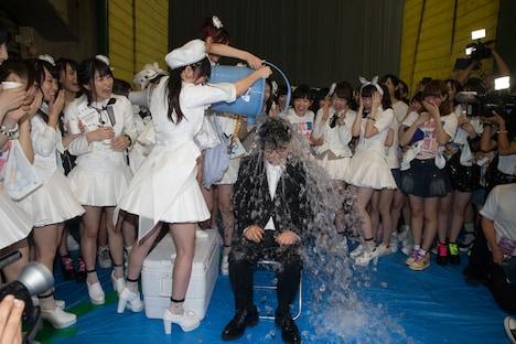 「ALSアイス・バケツ・チャレンジ」で氷水をかぶる秋元康。 (c)AKS