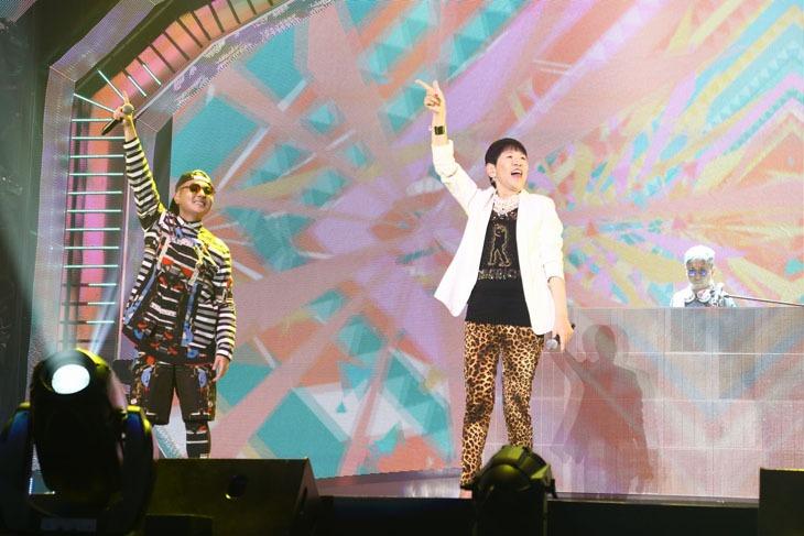 左からVERBAL(m-flo)、和田アキ子、☆Taku(m-flo)。