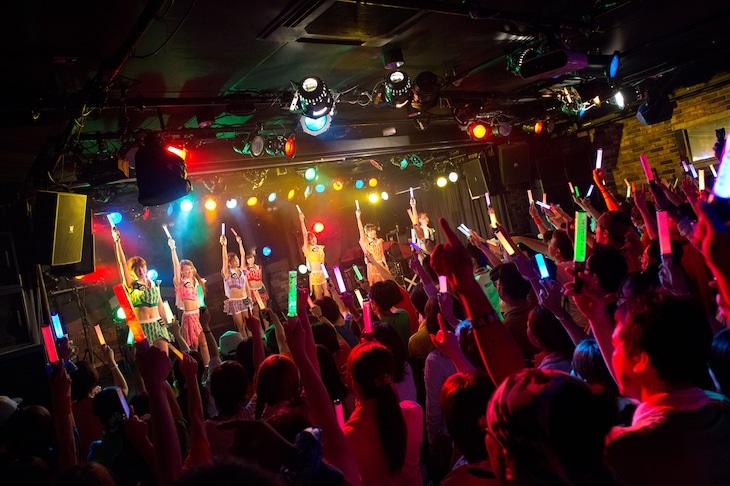 「アップアップガールズ(仮)2014 Summer Live Tour Hot! Hot! Hot!~東京決戦~」ライブの様子。