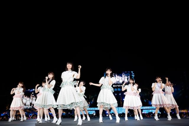 新曲「何度目の青空か?」を披露する乃木坂46。