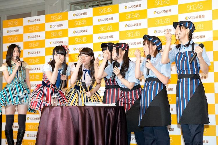 新商品のレトルトキーマカレーを試食するSKE48メンバー。