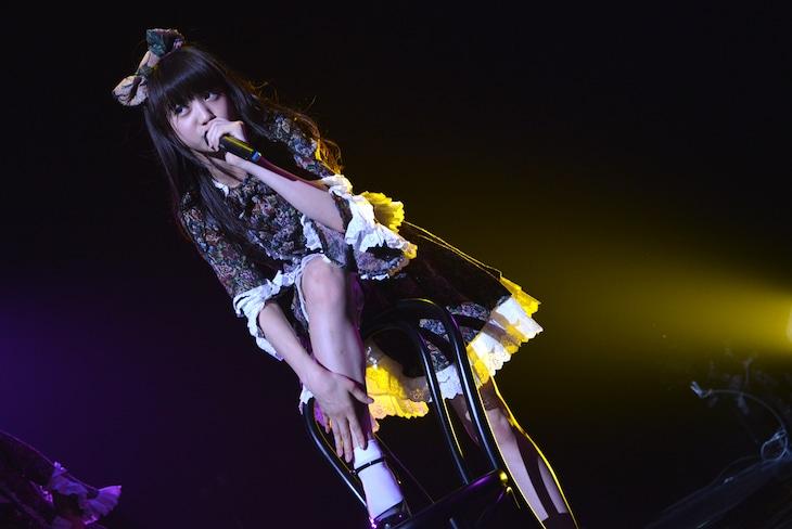 「東京女子流 TGS Discography in September(3rd Album「約束」より)」の様子。椅子を使ったパフォーマンスを披露する新井ひとみ。