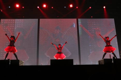 BABYMETAL「BABYMETAL WORLD TOUR 2014」幕張メッセイベントホール公演2日目のステージで「BABYMETAL DEATH」を披露する様子。(Photo by Shingo Miyaaki)