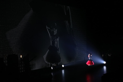 BABYMETAL「BABYMETAL WORLD TOUR 2014」幕張メッセイベントホール公演2日目でSU-METAL(Vo, Dance)が「悪夢の輪舞曲」を披露する様子。(Photo by Shingo Miyaaki)