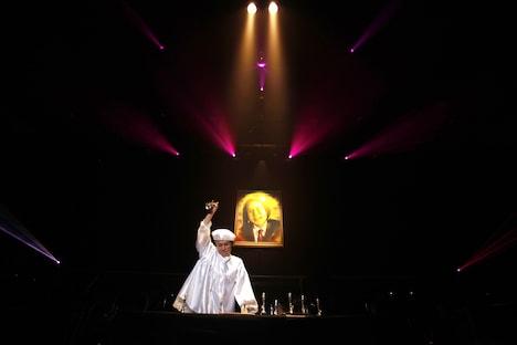 矢野博康がハンドベルで「もののけ姫」を演奏する様子。
