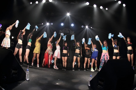 チーム・負けん気(写真は9月28日に愛知・THE BOTTOM LINEにて行われた「チーム・負けん気 1stライブハウスツアー ~本気☆勝ちます~」ツアー初日公演の様子。