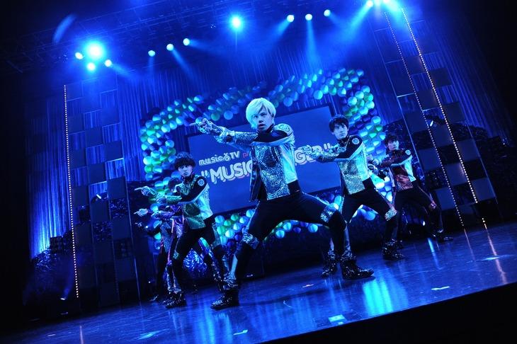 「musicるTV presents MUSIC BURGER」での超特急のライブの様子。