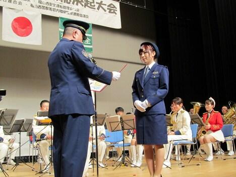 岩佐美咲が総決起大会にて一日警察署長に任命される様子。