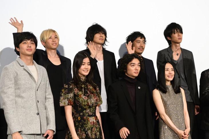 映画「寄生獣」舞台挨拶に登場したキャスト陣とBUMP OF CHICKEN。