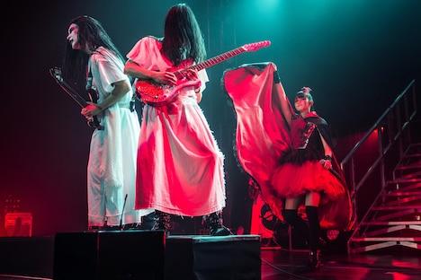 神バンドとSU-METAL。(Photo by Dana (distortion) Yavin)