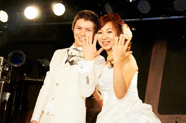10月26日に行われた結婚パーティでの、指輪交換の様子。左から寺尾順平、やよい。(Photo by Toyoko Iwahashi)