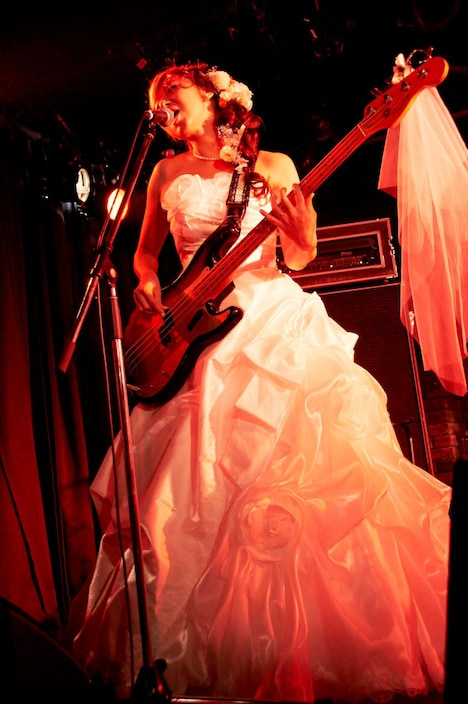 ウエディングドレスを着てベースを演奏するやよい。(Photo by Toyoko Iwahashi)