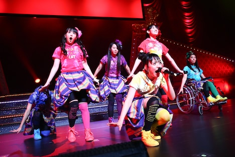 チームしゃちほこ「ホールツアー2014~僕らのカラオケワンダーランド~」さいたま市文化センター 大ホール公演の様子。