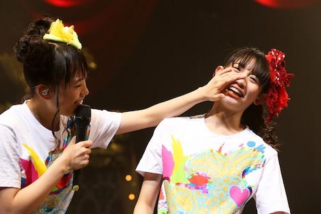 「泣いてないです」と言う秋本帆華の涙を拭う伊藤千由李。