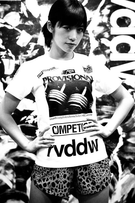 reversal.dogi.design.worksとのコラボTシャツを着る仙石みなみ。