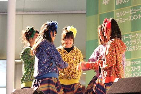 「『シャンプーハット』リリース記念フリーなライブ」大阪公演の様子。
