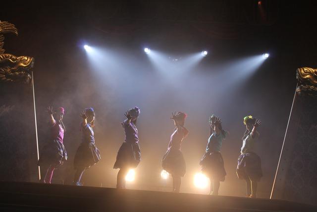 チームしゃちほこ「ホールツアー2014~僕らのカラオケワンダーランド~」オリックス劇場公演の様子。