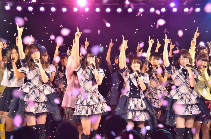 全メンバーによる「桜の花びらたち」歌唱の様子。 (c)AKS