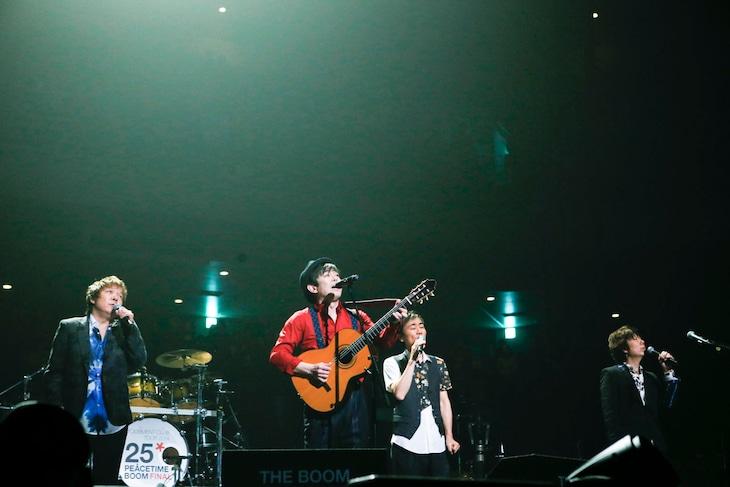 THE BOOMの4人がダブルアンコール最後の曲「愛のかたまり」を歌う様子。(撮影:中川正子)