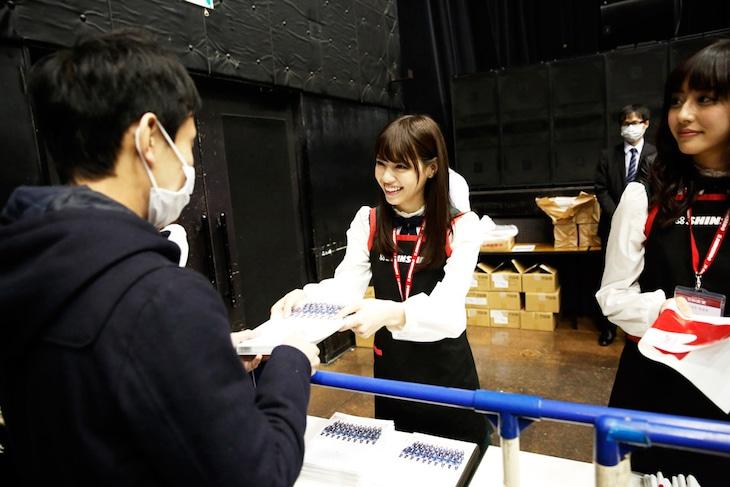新星堂チームの西野七瀬(中央)と斎藤ちはる(右)。