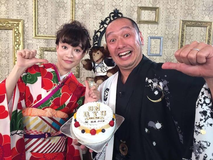「音流 ~On Ryu~」放送500回記念の収録に和装で臨んだMCの2人。左からタカハシマイ(Czecho No Republic)、坂詰克彦(怒髪天)。
