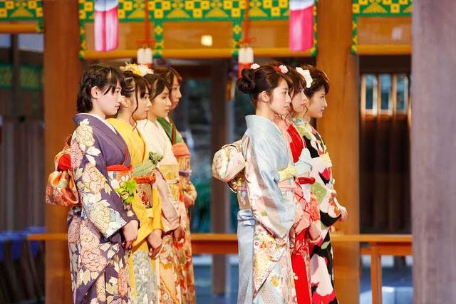 乃木神社本殿で参拝する新成人メンバー。