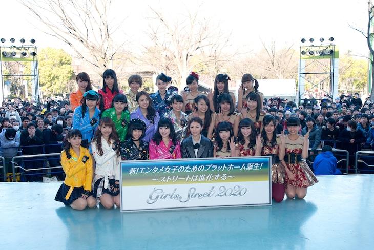 イベントの最後に記念撮影するSUPER☆GiRLS、宮里明那、GEM。