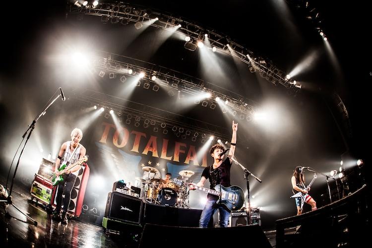 「PUNISHER'S NIGHT 2015」Zepp Nagoya公演でのTOTALFATのライブの様子。(撮影:浮多月)