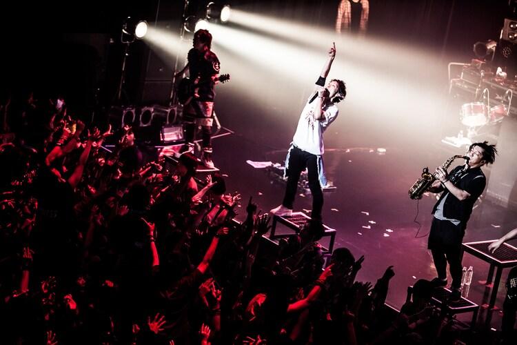 「PUNISHER'S NIGHT 2015」Zepp Nagoya公演でのUVERworldのライブの様子。(撮影:浮多月)