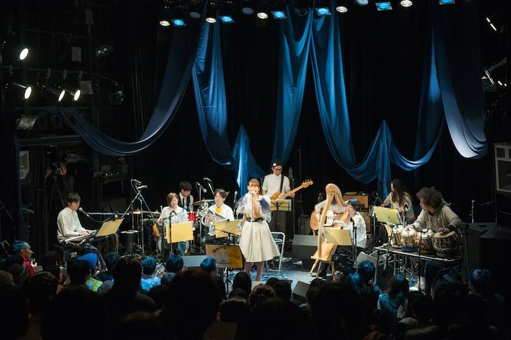 坂本美雨と蓮沼執太クルーによるライブの様子。一番右はゲストのU-zhaan。