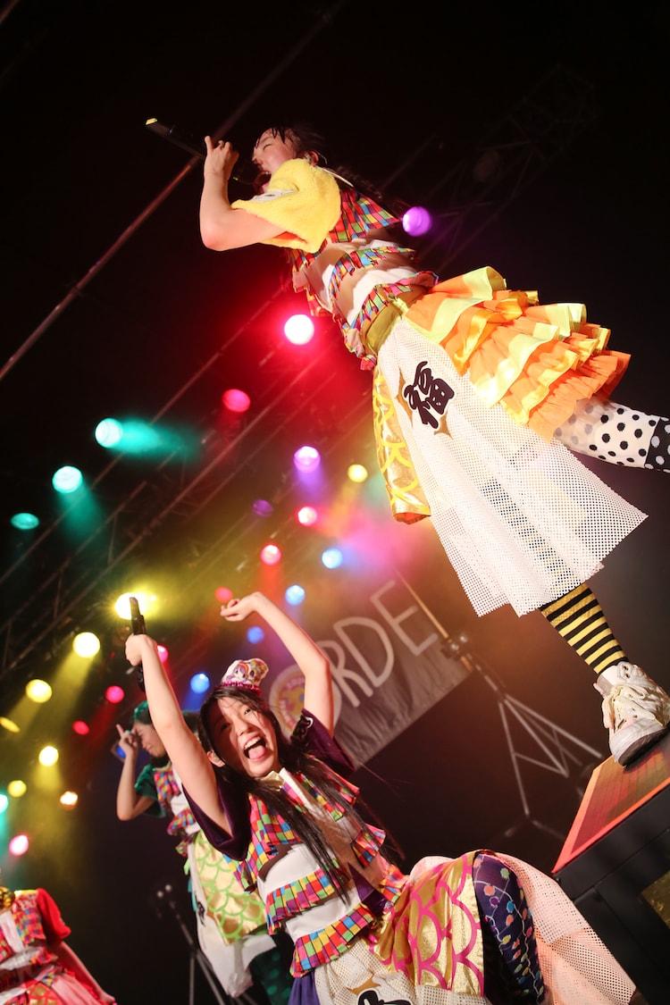 「colors」で大黒柚姫のソロパートを代わりに歌う伊藤千由李。