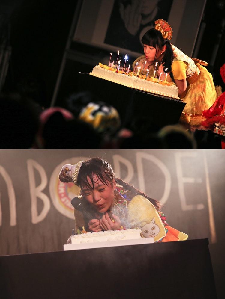 ケーキの火を吹き消す伊藤千由李。