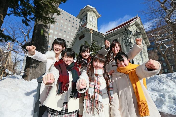 札幌市時計台の下でポーズを決めるカントリー・ガールズ。