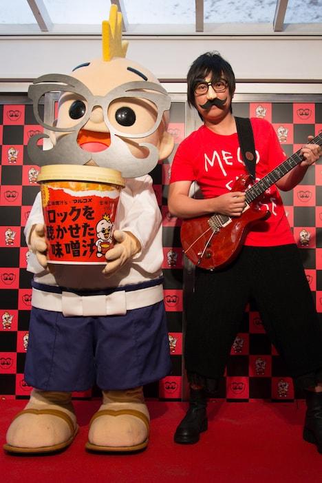 「ロックを聴かせた味噌カフェ」オープニングイベントに登場した味噌汁'sのポール(右)。