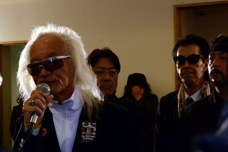 スピーチする内田裕也。