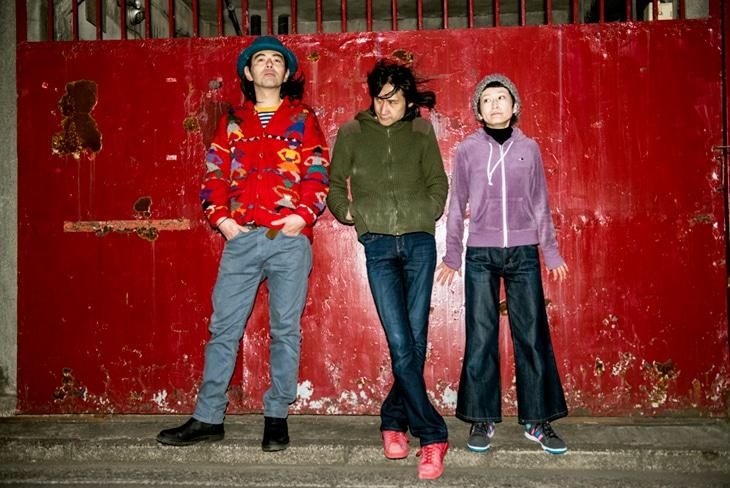 ズボンズ。左からブッカビリー(Dr)、ドン・マツオ(Vo, G)、マッタイラ(Key)
