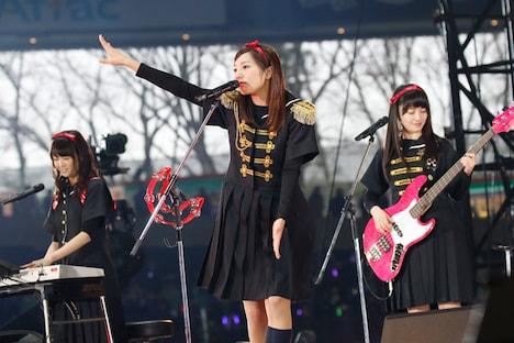 乃木團のメンバー。左から永島聖羅(Key)、能條愛未(Vo)、中田花奈(B)。