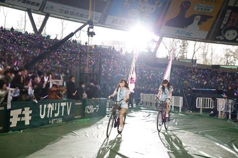 自転車でフィールドを駆ける白石麻衣と西野七瀬。